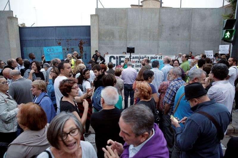 Concentración a las puertas del CIE de València convocada por la plataforma CIEs No para solicitar su cierre. EFE/Archivo
