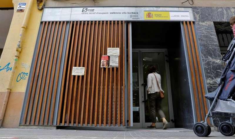 Una persona entra en una oficina del Servicio Valenciano de Empleo y Formación (Servef). EFE
