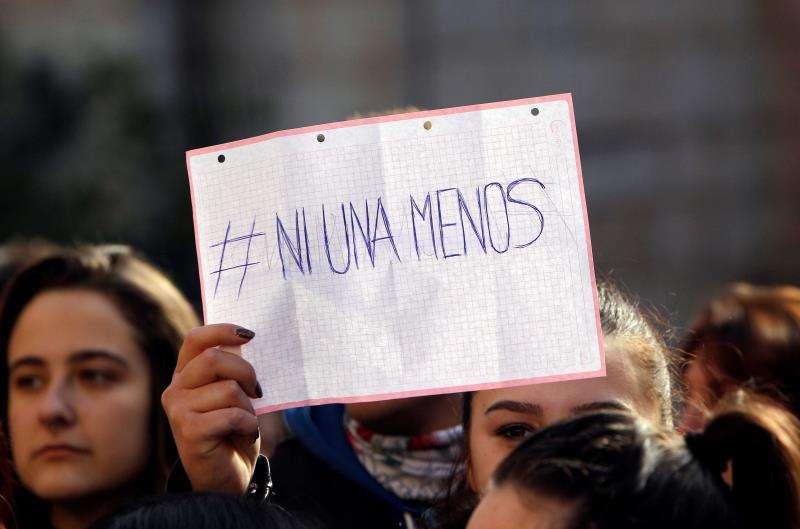 Una persona muestra un cartel durante la concentración celebrada ayer en Callosa d