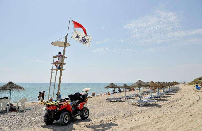 Imagen de archivo de la playa de El Saler de València con bandera roja. EFE/Archico