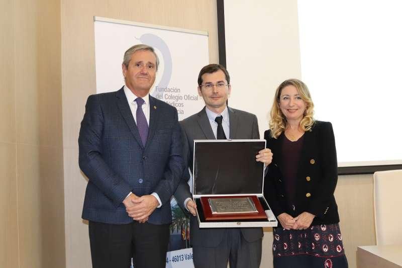 El secretario y presidenta de la Fundación del Colegio de Médicos entregan del Premio Mejor Tesis Doctoral. -EPDA