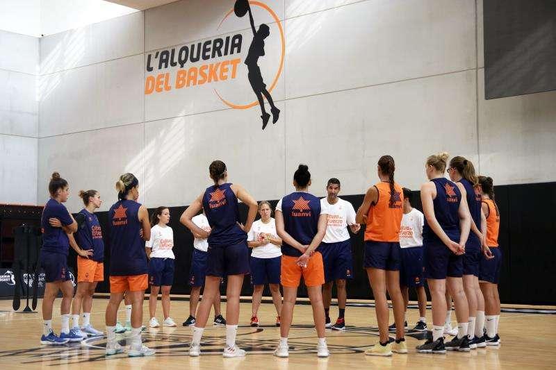El técnico Rubén Burgos junto a sus jugadoras en la primera jornada de entrenamientos de la pretemporada del Valencia Basket. Foto cedida por el club