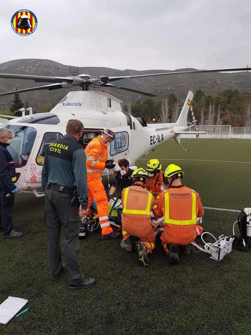 El herido es estabilizado y subido al helicóptero medicalizado. Consorcio de Bomberos