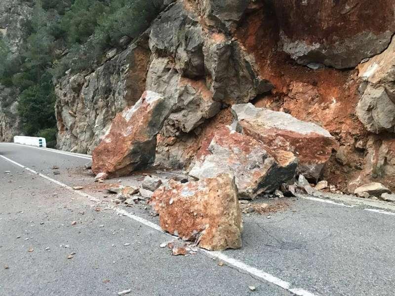 Las rocas han invadido uno de los carriles