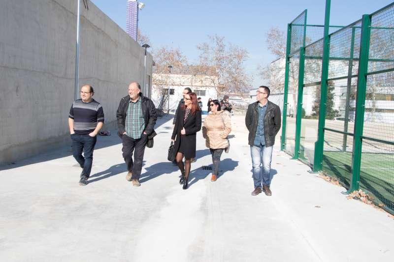 Maria Josep Amigó y Juli Juan durante la visita a la nueva pista de pádel de Montaverner.