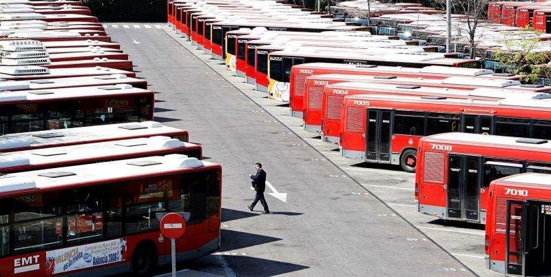 La flota de autobuses de la Empresa Municipal de Transportes (EMT). EFE/Archivo