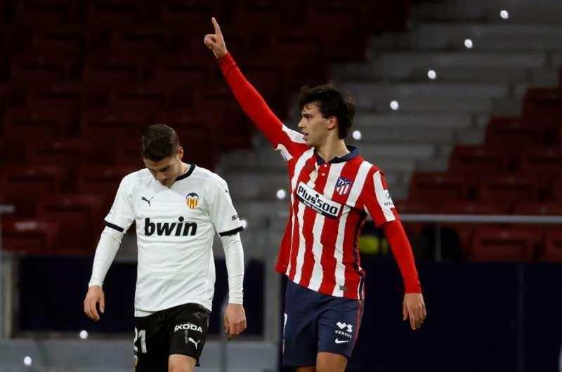 El centrocampista portugués del Atlético de Madrid, Joao Felix, celebra el primer gol del equipo rojiblanco durante el encuentro. EFE