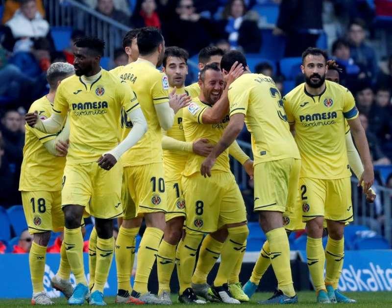 El centrocampista del Villarreal Santiago Cazorla (c), festeja su gol durante el partido ante la Real Sociedad, este sábado. EFE/Javier Etxezarreta.