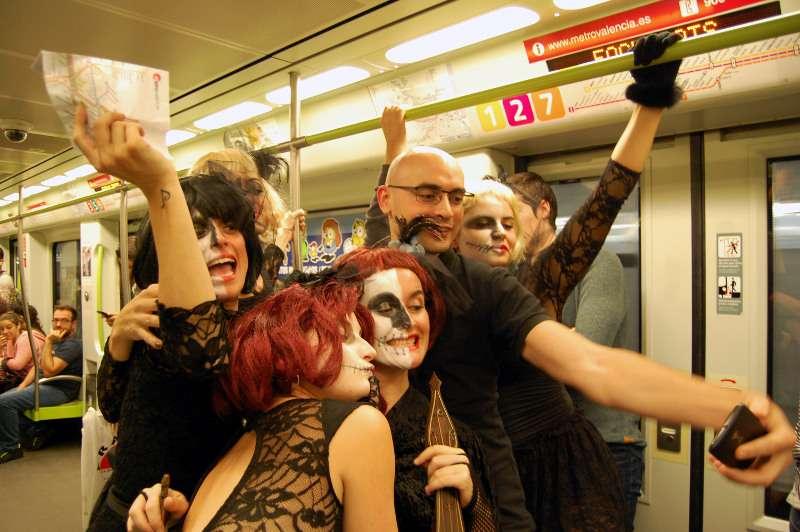 Disfraces en el metro por Halloween