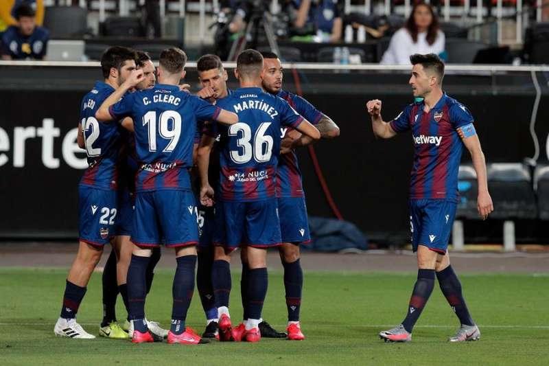 Los jugadores del Levante UD celebran el gol marcado por Gonzalo Melero de penalti ante el Valencia CF, en el estadio de Mestalla (Valencia) . EFE/ Kai Försterling