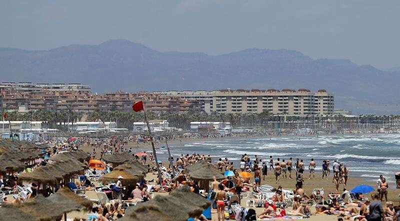 La bandera roja ondea en una playa de Valencia. EFE/Archivo