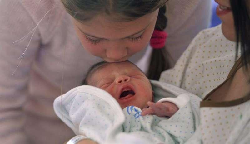 Un recién nacido en un hospital. EFE/Rafa Alcaide/Archivo
