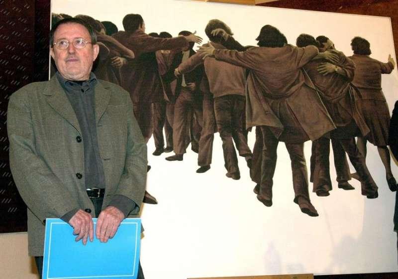 Fotografía de archivo del 21/05/2001 del artista valenciano Juan Genovés posando en el Museo Reina Sofía junto a su obra emblemática