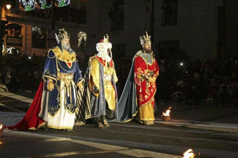 Los Reyes Magos Melchor, Gaspar y Baltasar, a su llegada a Alcoy en 2014. EFE