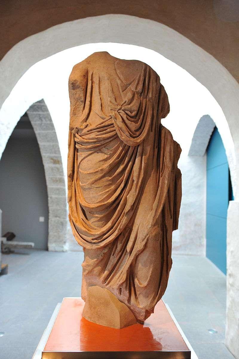 Escultura de personatge romà togat exposat a la sala principal. / EPDA