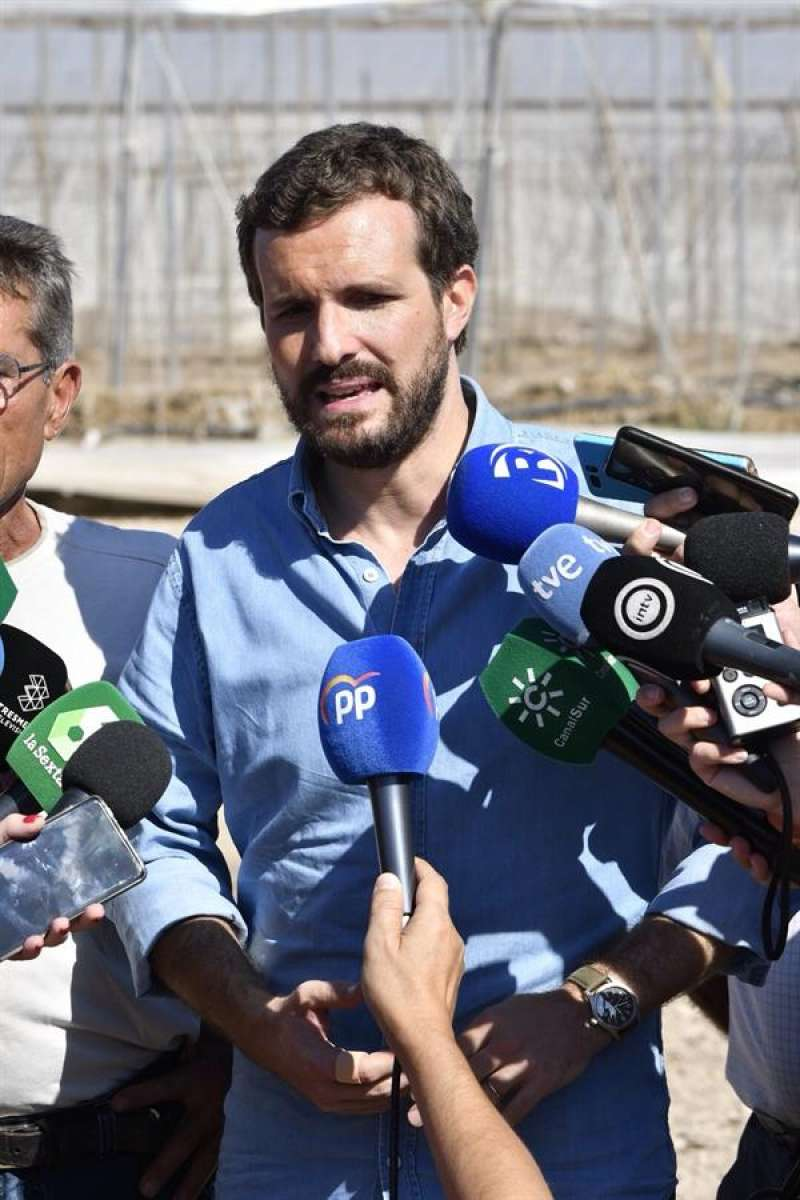 El presidente del PP, Pablo Casado, en su visita de este miércoles a las zonas de Almería, Murcia y Orihuela afectadas por la gota fría. EFE/Carlos Barba