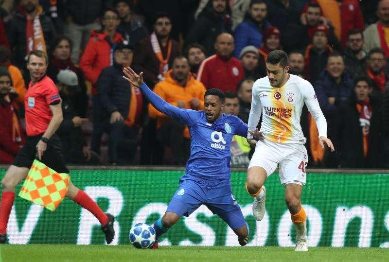 Hernani (iz) disputa un balón en un duelo entre el Oporto y el Galatasaray. EFE/Archivo