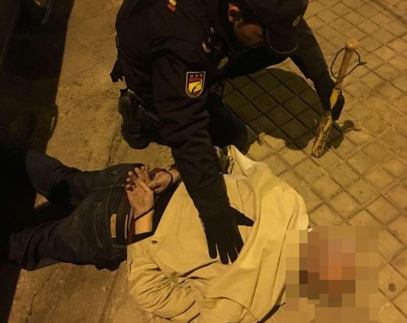 La Policía Nacional evita la agresión a su ex pareja en plena calle