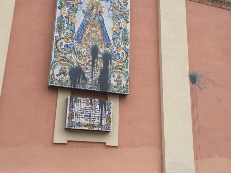 Nuevos actos vandálicos contra la fachada de la Basílica. // FOTO EPDA.