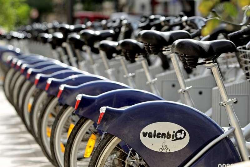 Imagen de archivo de una estación del servicio público de alquiler de bicicletas de València, Valenbisi. EFE