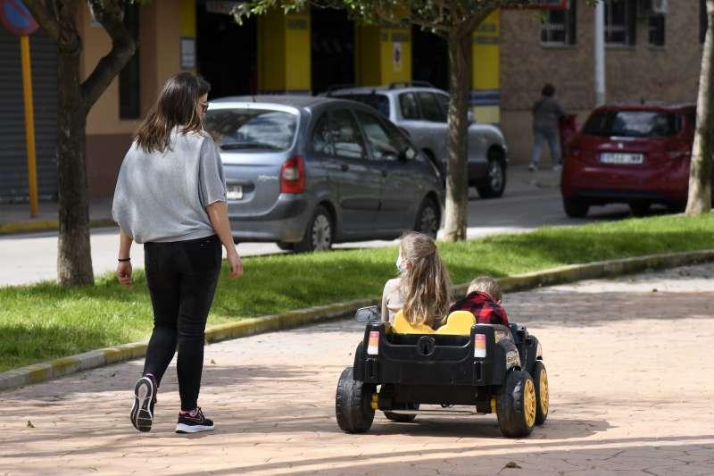 Una xiqueta passeja per Paiporta. EPDA
