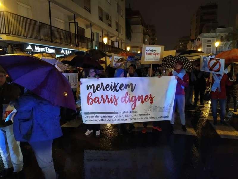 Vecinos del Cabanyal y la Malvarrosa durante la concentración de protesta de este miércoles. EFE/Jordi Ferrer