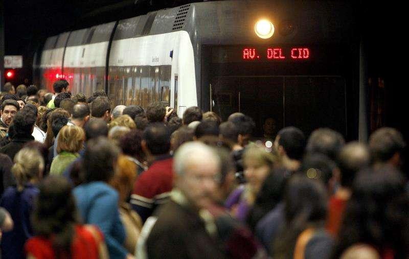 Un grupo de personas espera la llegada del metro en un día de huelga en València. EFE/Archivo