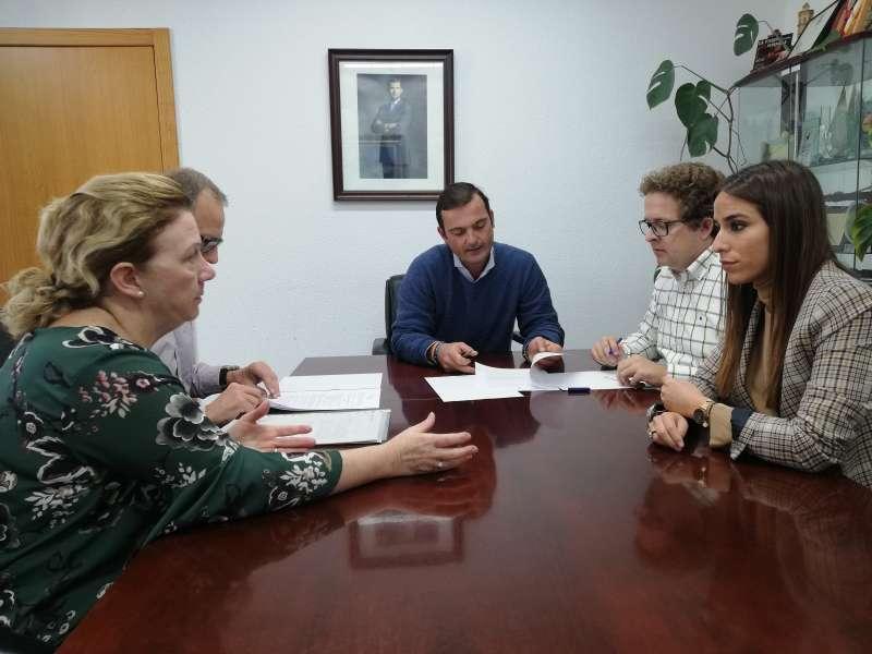 El alcalde de Peñíscola con representantes de la entidad de Cruz Roja.