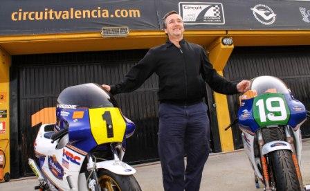 Freddie Spencer ante sus dos motos, en su primera visita al Circuit. FOTO: GVA
