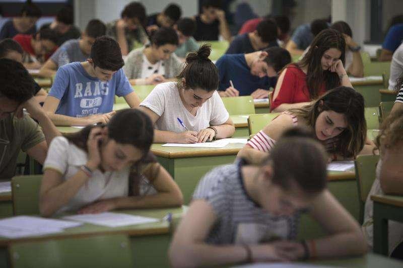 El Consell congela las tasas universitarias para el curso 2019-2020 Varios estudiantes durante un examen. EFE/Archivo