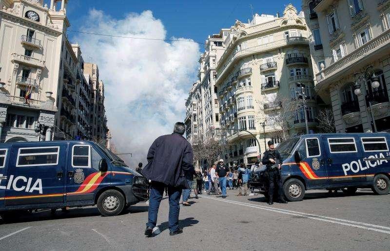 Furgonetas de la Policía Nacional controlan todos los accesos a la Plaza del Ayuntamiento donde se reúnen miles de personas todos los días para poder ver la mascletá. EFE/Archivo