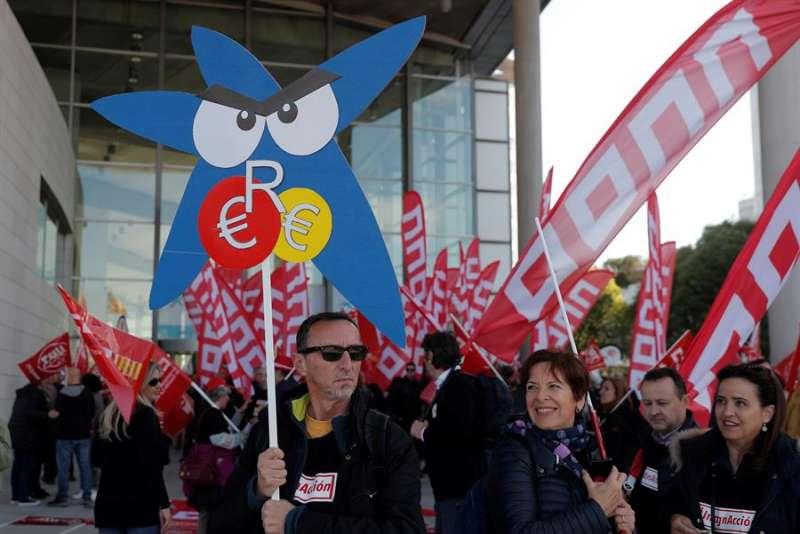 Delegados sindicales de CaixaBank concentrados en València por su ERE. EFE/Kai Försterling/Archivo