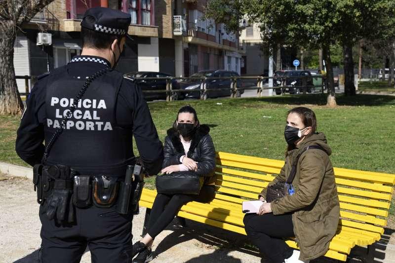 Un policia local informa a dos veïnes de Paiporta. EPDA