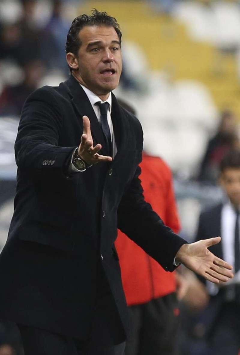 El entrenador del Getafe, Luis García Plaza, hace indicaciones a sus jugadores durante el partido de la decimosexta jornada de Liga de Primera División que se disputa esta noche en el estadio de La Rosaleda, en Málaga. EFE/Jorge Zapata.