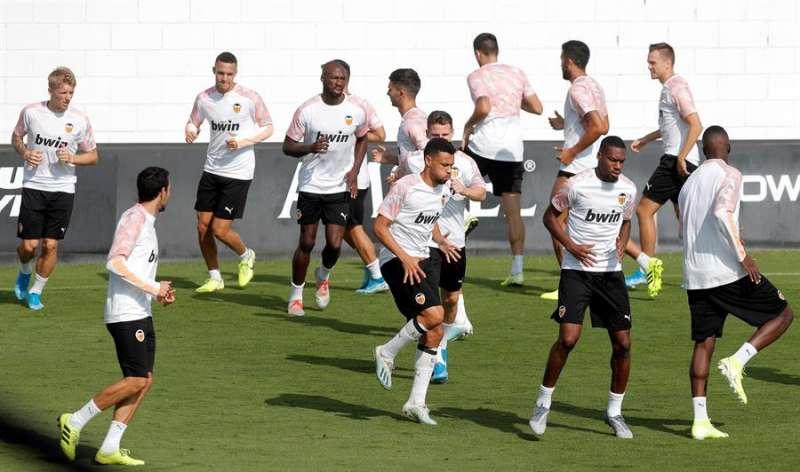 La plantilla del Valencia durante un entrenamiento en la ciudad deportiva de Paterna. EFE/Archivo