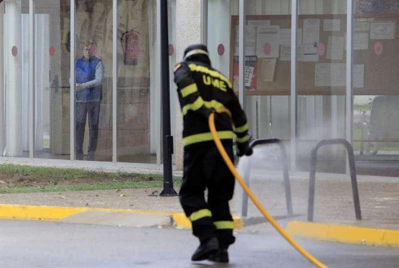 La Unidad Militar de Emergencias (UME), en una de las desinfecciones, estos días, de residencias de la Comunitat Valenciana. EFE/Domenech Castelló