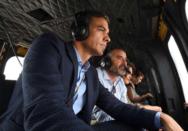 Fotografía facilitada por Moncloa del presidente del Gobierno en funciones, Pedro Sánchez (i), sobrevolando, este lunes, las zonas afectadas por la gota fría. EFE/Moncloa
