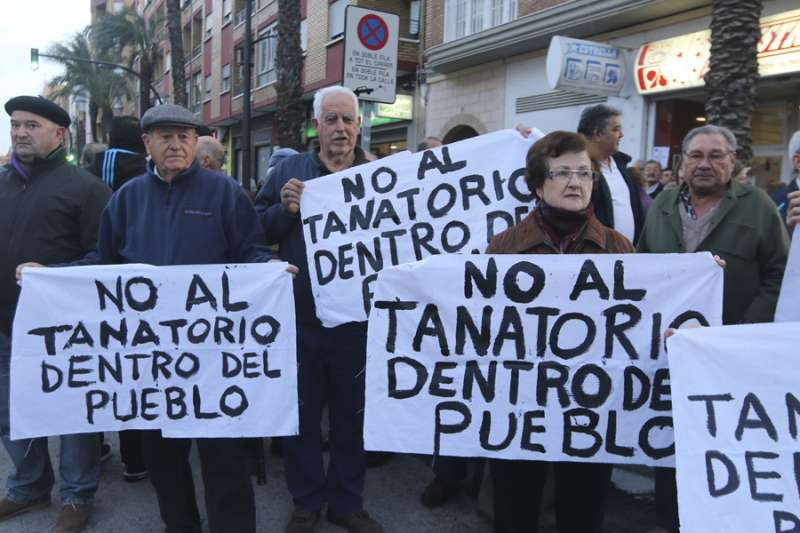 Manifestación en contra del tanatori al casc urbà de Paterna.