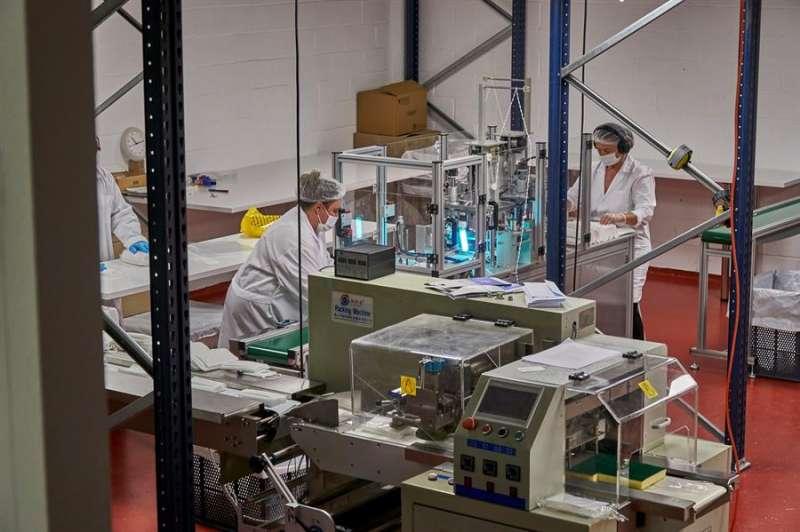 Personas trabajando en una pyme. EFE/Archivo