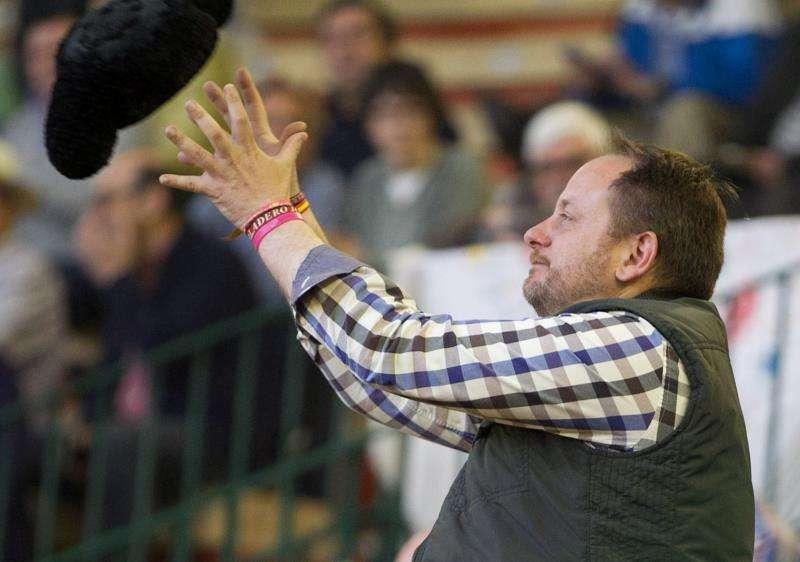 El padre de Adrián Hinojosa, el niño que quería ser torero y que falleció de cáncer, recoge la montera lanzada por diestro Román Collado tras brindarle un toro. EFE/Archivo