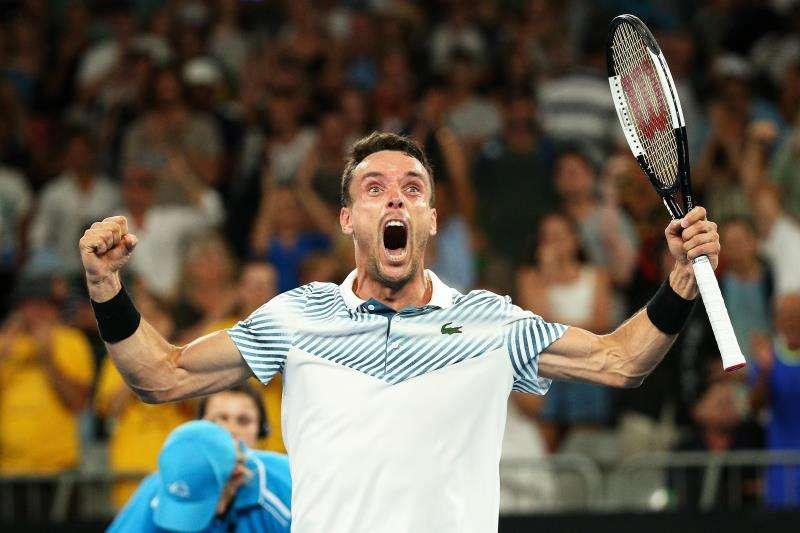 El tenista castellonense Roberto Bautista celebra tras vencer al australiano John Millman en su partido de segunda ronda del Abierto de Australia de tenis en Melbourne, hoy, 16 de enero de 2019. EFE