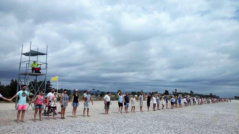 Cadena humana en la playa de Almardà. EPDA