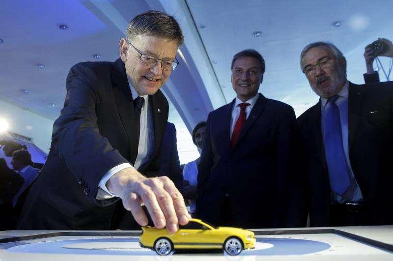 El president de la Generalitat, Ximo Puig (i), maneja un coche a escala en una visita a la factoría de Ford Almussafes. EFE/Archivo