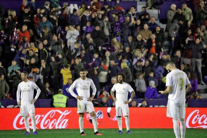Los jugadores del Real Madrid (i-d) Ramos, Casemiro, Marcelo y Benzemá tras encajar el gol ante Levante. EFE/Manuel Bruque