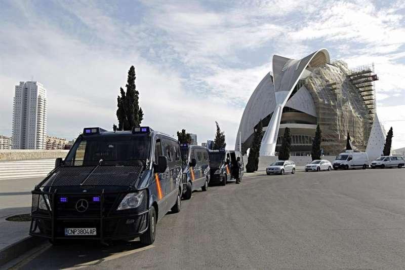 La Policía Nacional, personada en el Palau de les Arts. EFE/Manuel Bruque