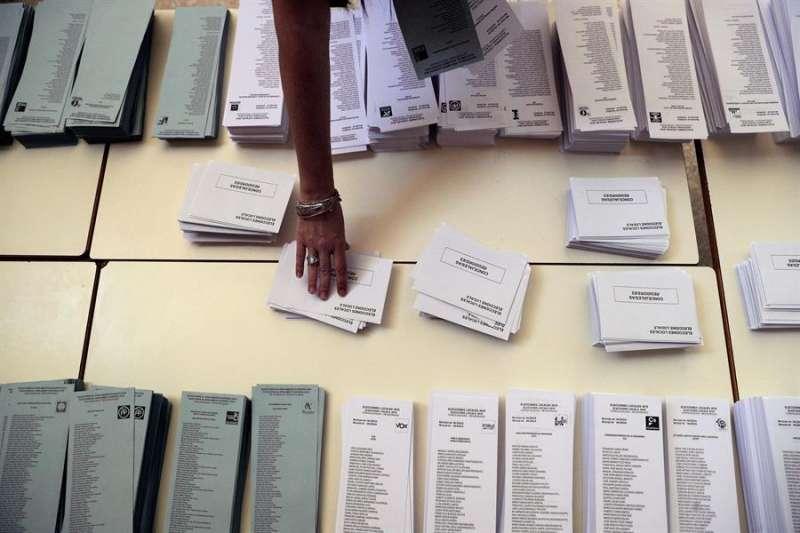 Una persona se dispone a votar en un colegio electoral de Valencia en las pasadas elecciones de mayo. EFE/Manuel Bruque