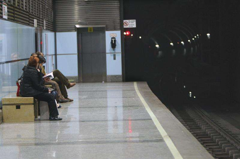 Unos pasajeros esperan la llegada del metro en Valencia. EFE/Archivo