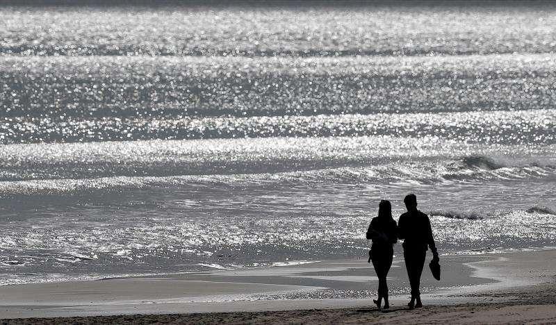 Una pareja pasea por la playa de la Malva-rosa de València, en una imagen reciente. EFE