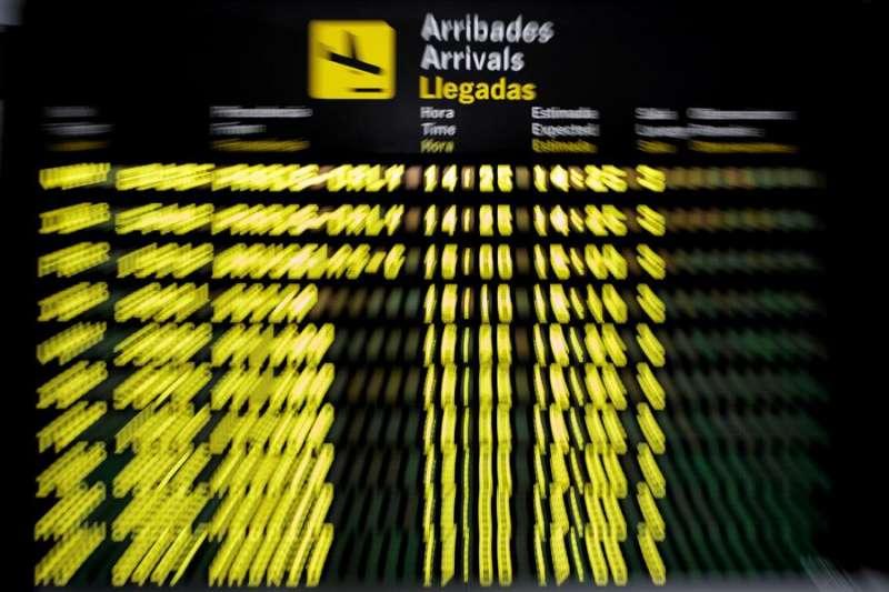 Detalle del panel de llegadas del aeropuerto de València