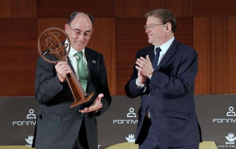 Ximo Puig (d) entrega al presidente de Iberdrola, Ignacio Galán (i) , el premio a su trayectoria profesional de Forinvest. EFE/ Manuel Bruque